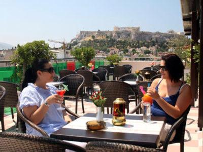 Nyd en drink på Hotel Attalos skønne tagterrasse