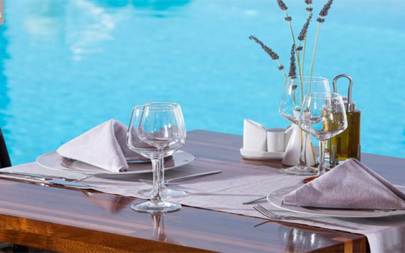 Spis frokost ved poolen på hotel Contaratos på Paros