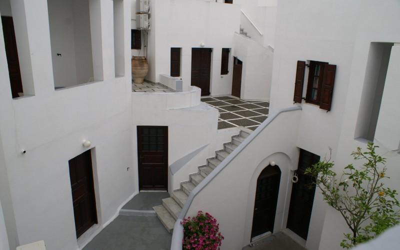 Indgang til værelserne på hotel Haroula, Santorini