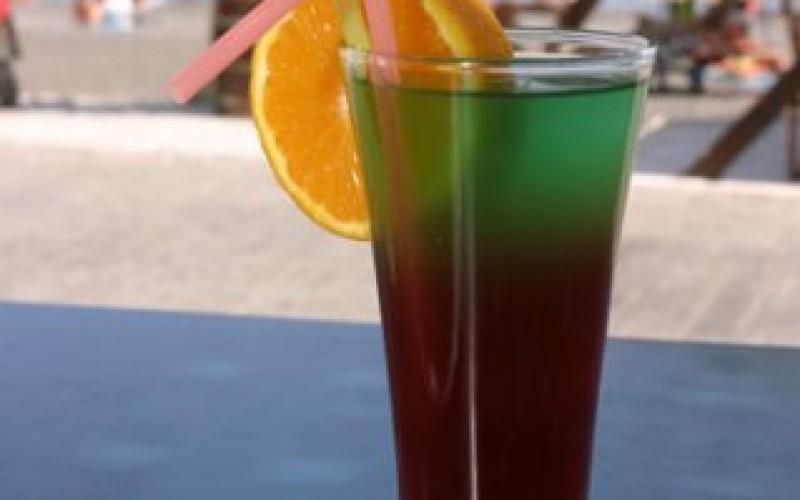 Nyd en drink i baren på hotel Sunshine, Santorini