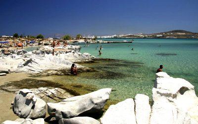 Slap af på stranden på Paros i Kykladerne med Hellas Holidays